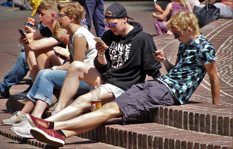 Telefonas paaugliui: į ką atkreipti dėmesį perkant?