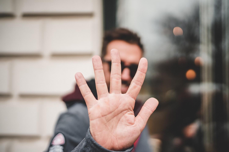 Psichologė paaiškino, kas dedasi visuomenės galvose: vieni vis dar neigia, kiti – pyksta