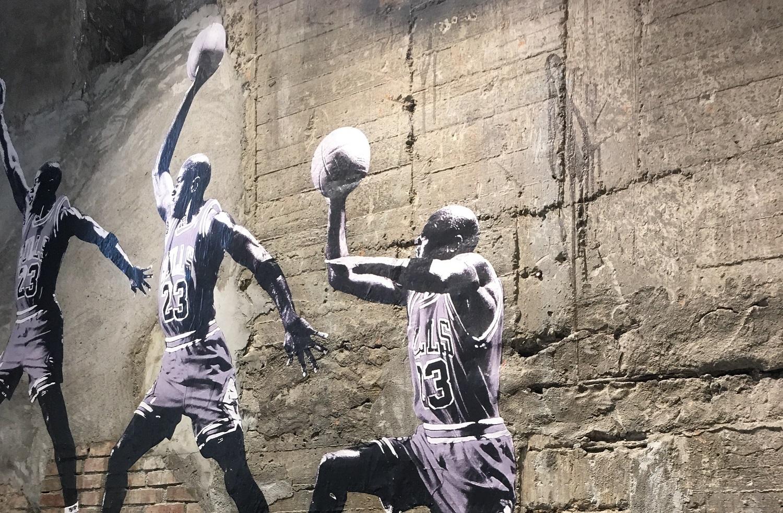 Krepšinio legendos M. Jordano sportinių batelių pora aukcione parduota už įspūdingą sumą