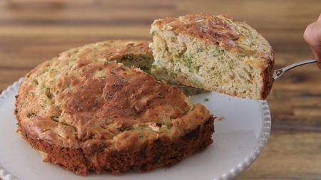 Sekmadienio eksperimentui virtuvėje – lengvai pagaminamas kopūstų pyragas (video)