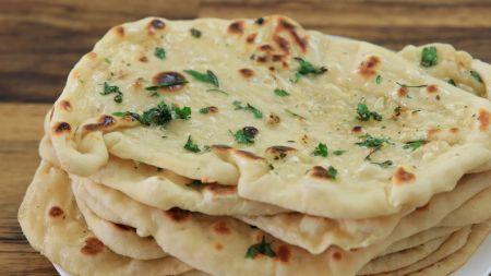 """Indiška """"Naan"""" duonelė su česnakiniu sviestu (video)"""