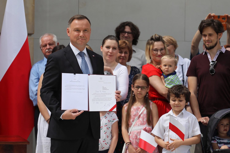 Lenkijos prezidentas A. Duda siūlo į Konstituciją įtraukti draudimą tos pačios lyties asmenų poroms įsivaikinti