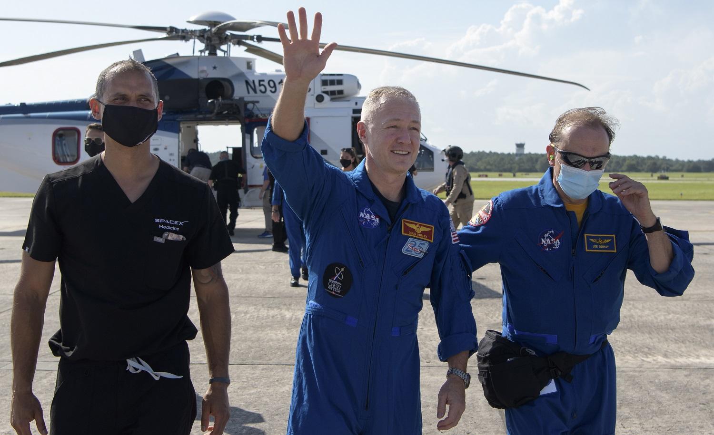 """""""SpaceX"""" įgulos kapsulė su NASA astronautais iš TKS sėkmingai nusileido Žemėje"""