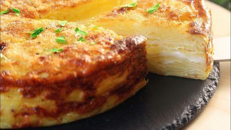 Sekmadienio popietei – bulvių pyragas su sūriu (video)