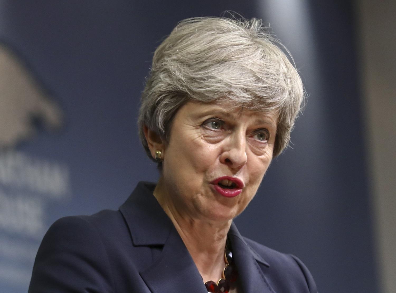"""Buvusi JK premjerė Th. May kritikuoja """"beatodairišką"""" šalies """"Brexit"""" planą"""