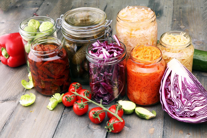 Konservuotos daržovių mišrainės – naudingos ir maistingos: 2 idėjos daržo gėrybėmis mėgautis visus metus