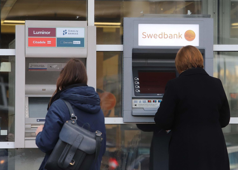 Antrąjį ketvirtį bankomatuose išsiimta 20 proc. mažiau grynųjų