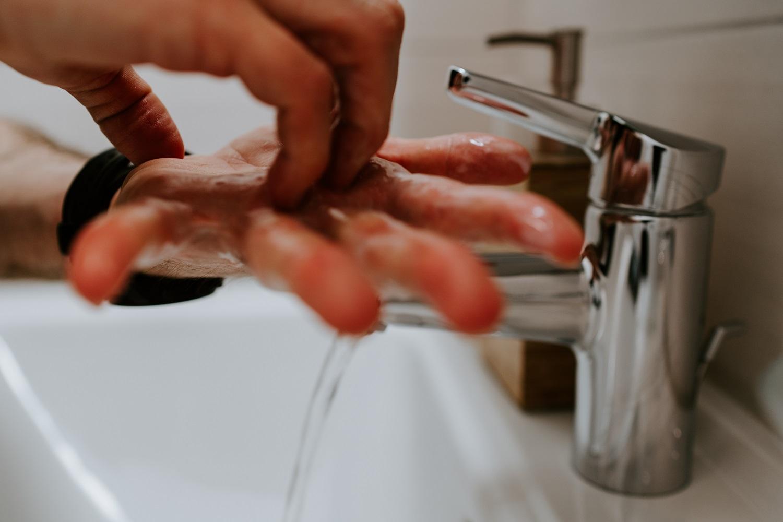 Tyrimas: koronavirusas ant odos išlieka penkis kartus ilgiau nei gripo virusas