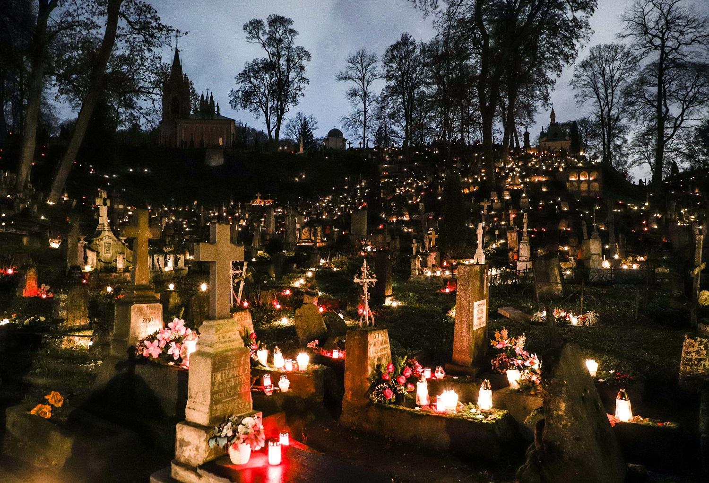 Per Vėlines kapinėse padaugėja atliekų: ragina rinktis saikingą kapų puošimą