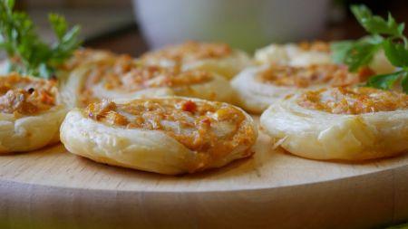 Sluoksniuotos tešlos pyragėliai su tuno įdaru (video)