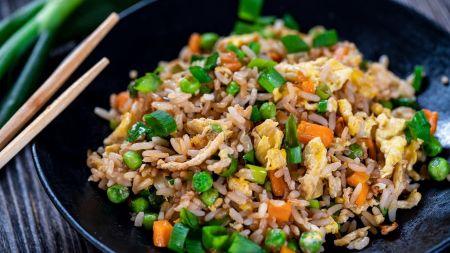 Azijos skonis virtuvėje – kepti ryžiai su daržovėmis ir kiaušiniu (video)