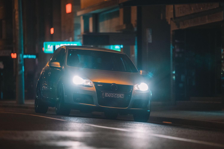 Rudens pavojai kelyje: kaip kovoti su vairuotojais, kurie apakina?