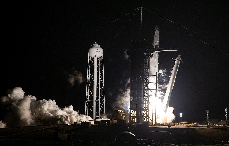 """""""SpaceX"""" raketa su keturiais astronautais sėkmingai pakilo skrydžiui į TKS"""