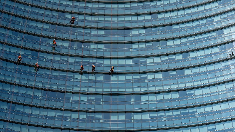 Užimtumo tarnyba: didesnį darbuotojų trūkumą patiria stambios įmonės