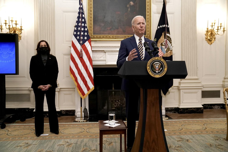 J. Bidenas dėl koronaviruso atnaujins D. Trumpo atšauktą draudimą užsieniečiams įvažiuoti į šalį