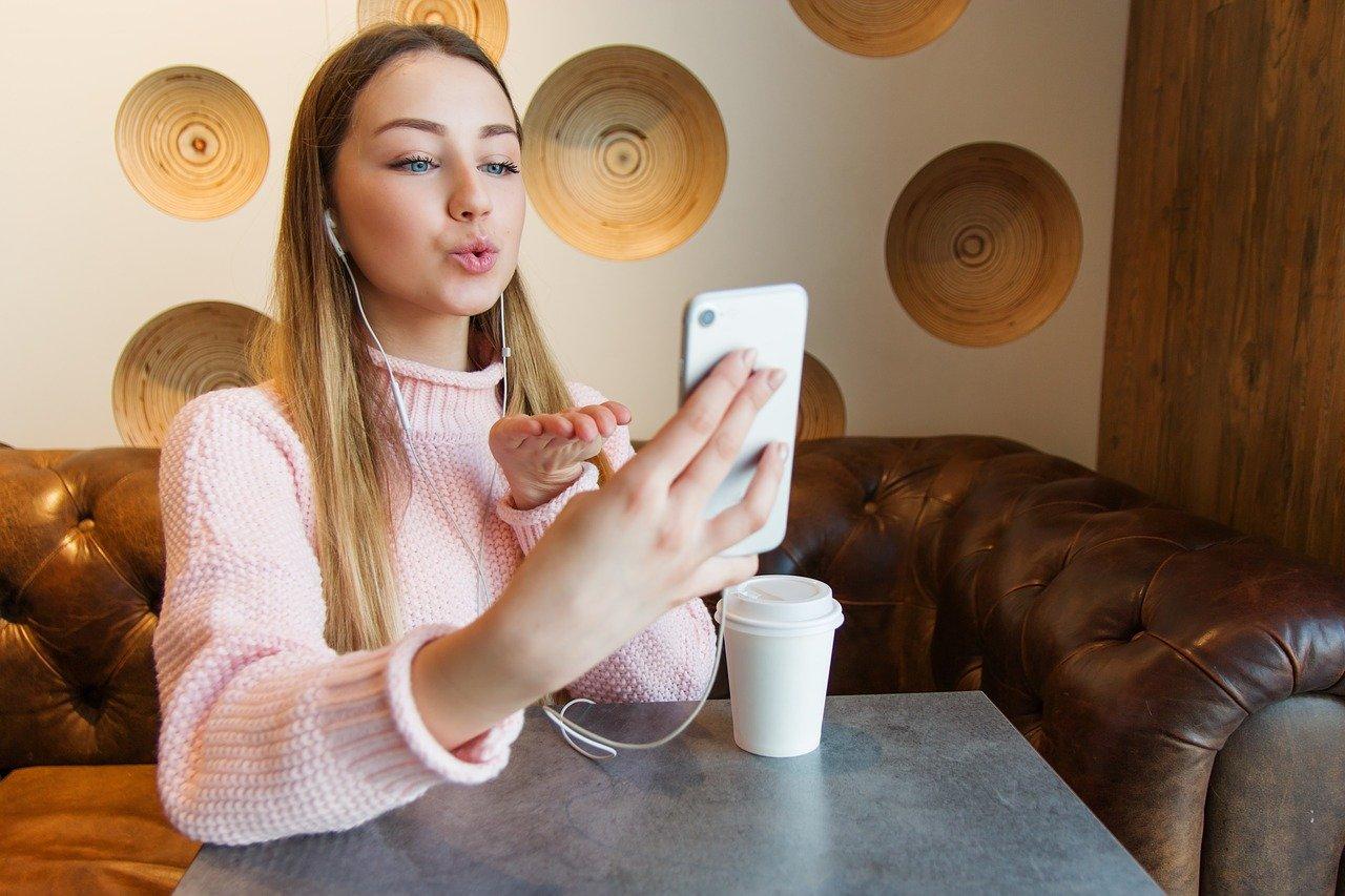 Paauglių pasimatymai internete: kodėl svarbu pasikalbėti apie saugumą