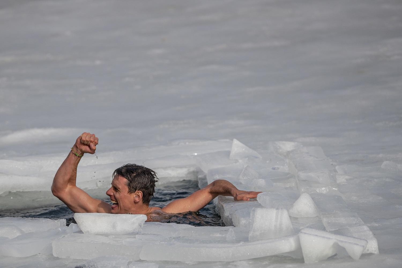 Rekordas: čekas panėręs po ledui įveikė 80 metrų atstumą (video)
