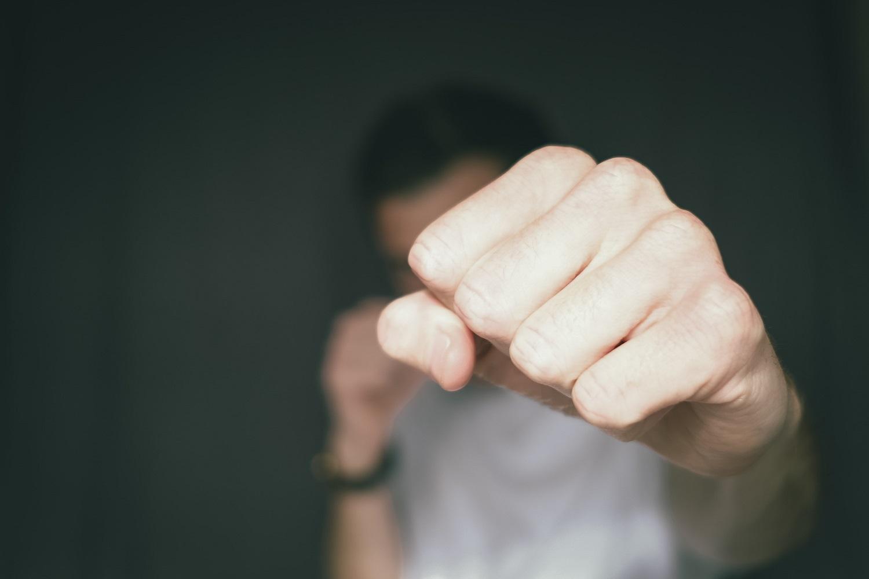 Karantinas aštrina smurto šeimoje problemą, bet priežastys slypi daug giliau