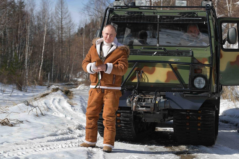 V. Putinas demonstruoja mačo įvaizdį: Sibire po miškus važinėjosi visureigiu ir karstėsi tiltu