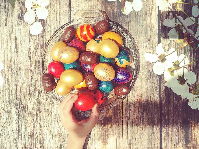 Kiaušinių dažymas natūraliais produktais: arbata, prieskoniai, žolelės, uogos