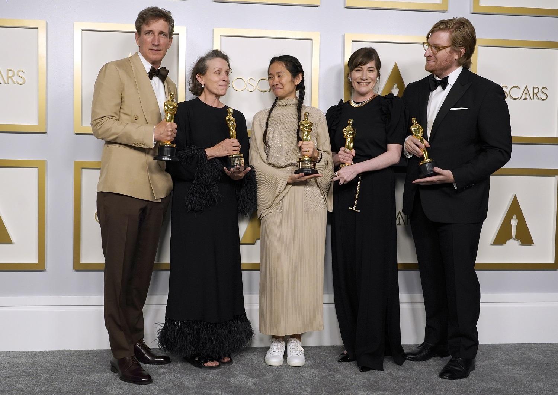 """Los Andžele išdalinti prestižiniai """"Oskarų"""" apdovanojimai, geriausiu metų filmu pripažinta """"Klajoklių žemė"""""""