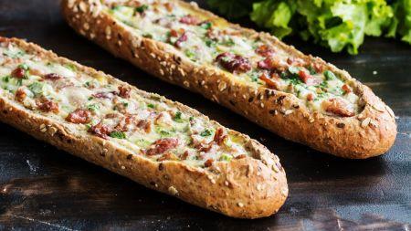 Baltos duonos laiveliai su kiaušiniu, šonine ir sūriu (video)