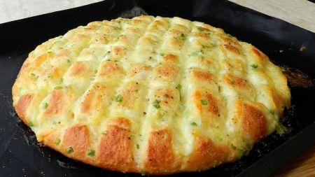 Mielinė plėšoma duonelė su mocarela sūriu ir česnaku (video)