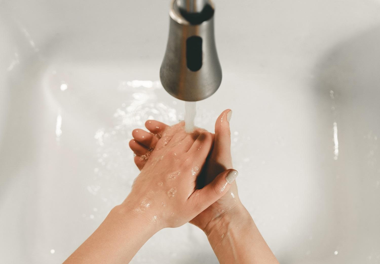 8 klausimai apie micelinį vandenį. Ar tikrai jį reikia nuplauti?