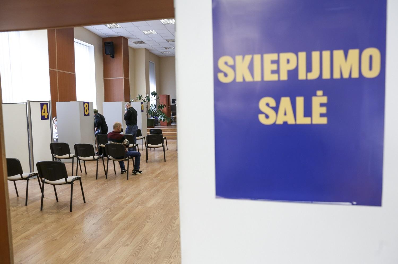 """Vilnius didelių įmonių darbuotojams siūlo skiepytis """"Vaxzevria"""" vakcina"""