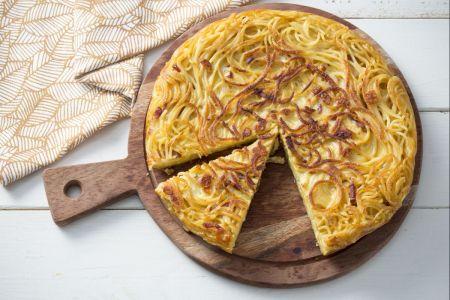 Gaminame iš likučių –keptuvėje keptas makaronų omletas (video)