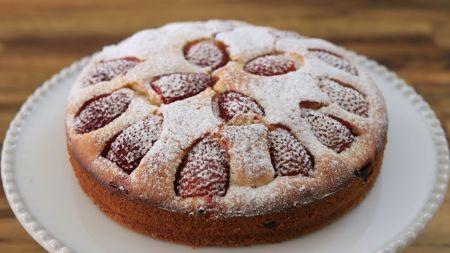 Pasakiškai skanus vasariškas braškių pyragas su migdolais (video)