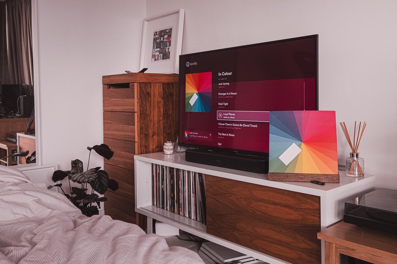 Interjero dizainerės patarimai, kaip stilingai pagražinti erdvę aplink televizorių