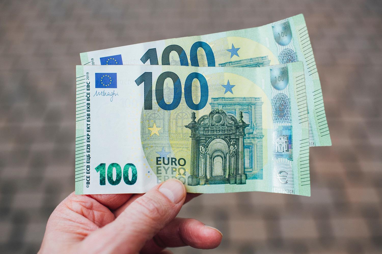 Lietuviams grynųjų reikia vis mažiau – per mėnesį išsiverčia su 200 eurų