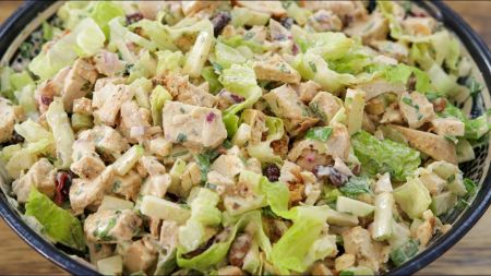 Gaivios ir skanios salotos su vištiena, spanguolėmis ir riešutais (video)