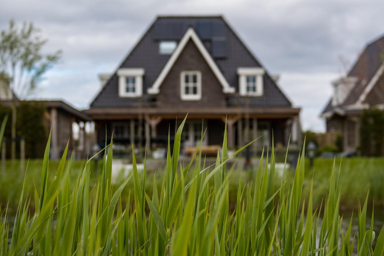 Lietuviai būstui skolinasi mažiau nei kaimynai, tačiau įsigyja daugiau namų