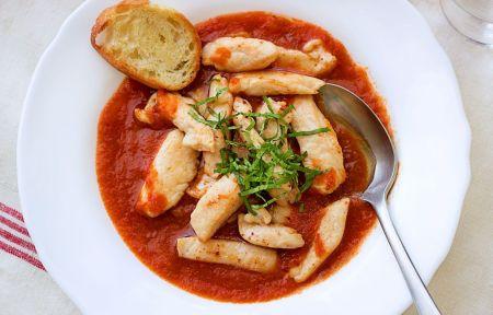 Greiti pietūs – vištienos kubeliai pomidorų padaže (video)