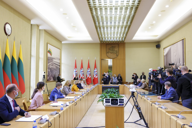 Neišvengusios politinių diskusijų, parlamentinės partijos pasirašė susitarimą dėl švietimo