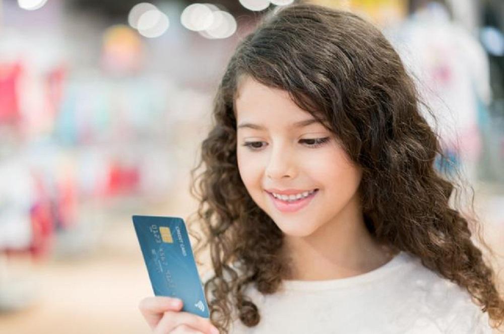 Pirmoji banko kortelė: kada geriausia atidaryti vaiko sąskaitą?
