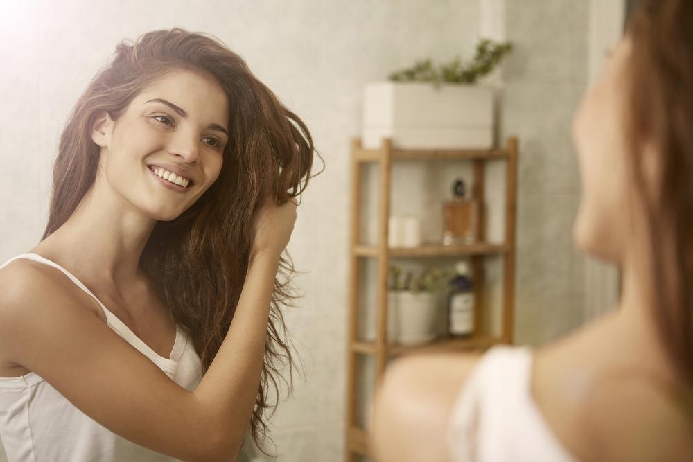 Kaip prižiūrėti besiveliančius plaukus?