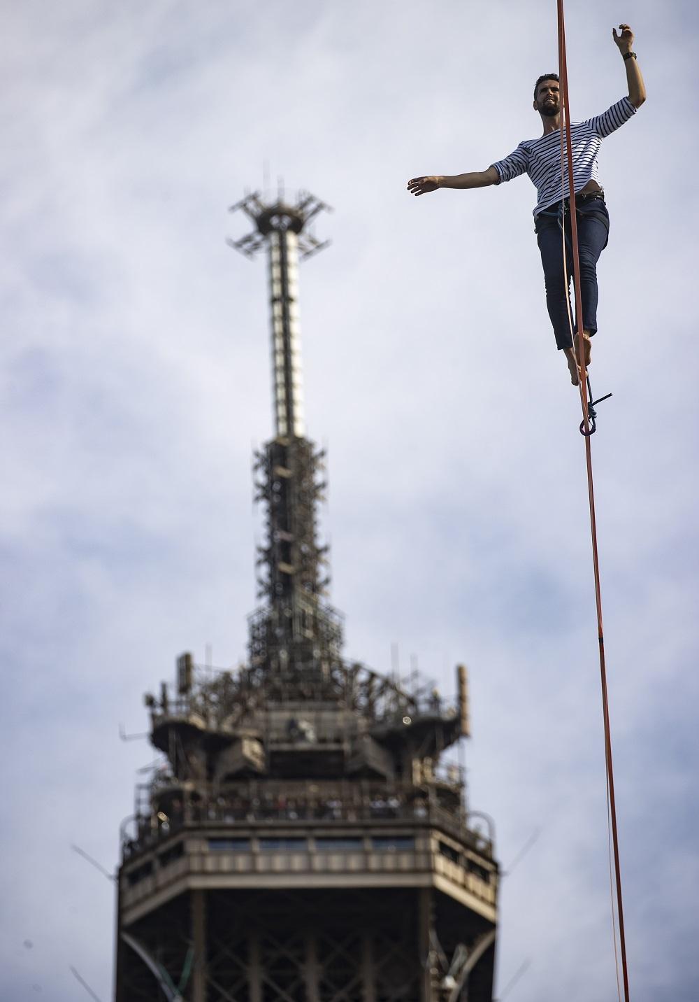 Paryžiuje drąsuolis akrobatas nepabūgos 70 m aukščio: įtemptu lynu kirto Senos upę