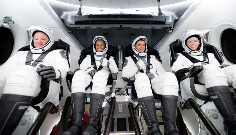 """Istorinė kelionė į kosmosą: iš civilių sudaryta """"SpaceX"""" įgula sėkmingai užbaigė skrydį aplink Žemę"""