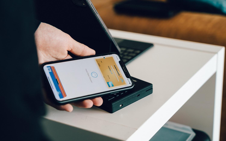 Piniginę perkeliame į telefoną: kaip išsaugoti mokėjimo korteles išmaniuosiuose?