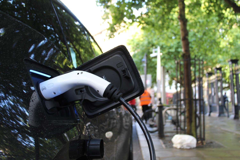 Ar mažesnė kaina paskatintų pirkti elektromobilius?