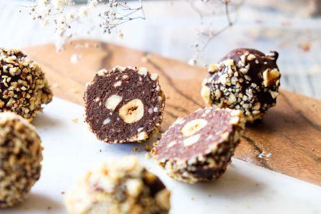 Rankų darbo šokoladiniai saldainiai su riešutais (video)