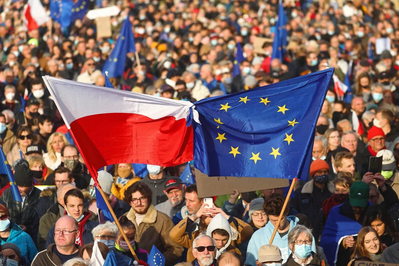 """""""Polexit"""" išsigandę dešimtys tūkstančių lenkų surengė didelį protestą"""